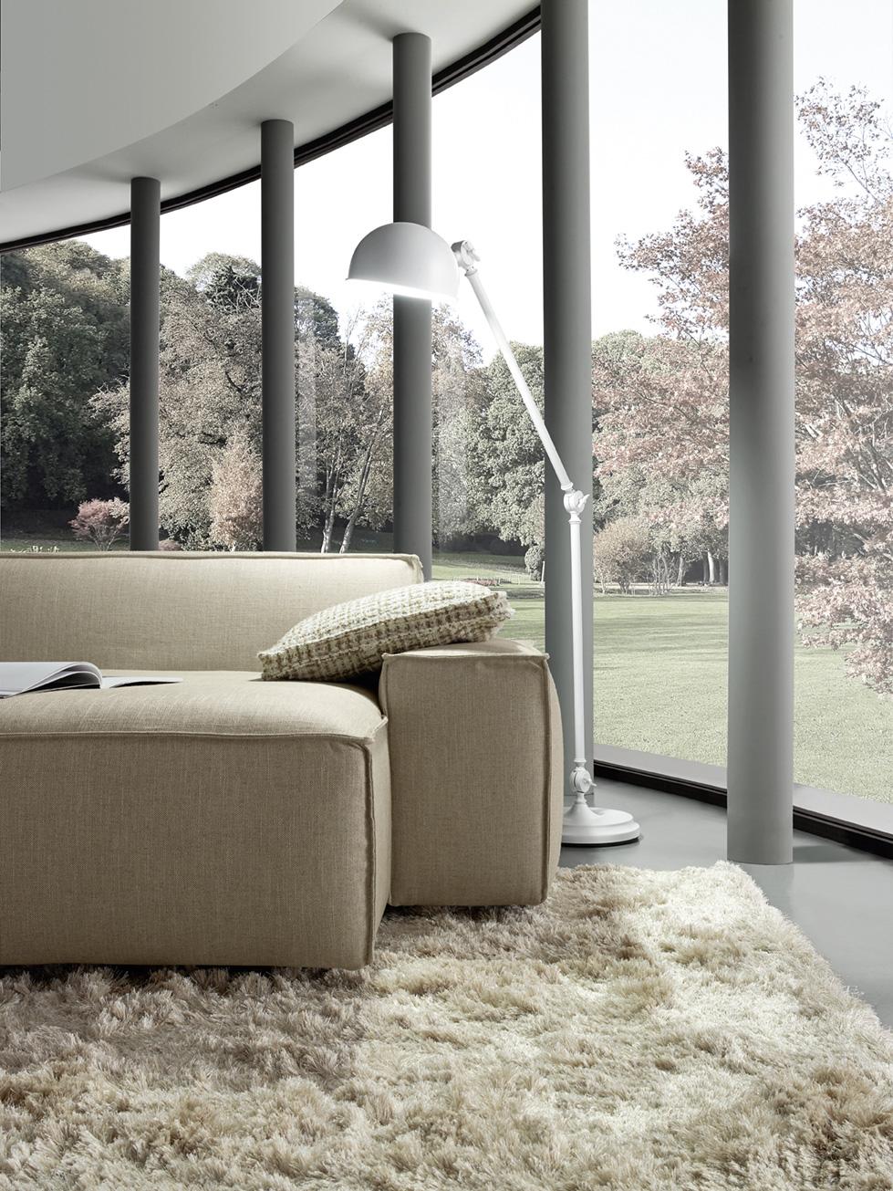 close up fabric beige low modern sofa, comfortable low sofa with no legs, xamilos monternos anetos kanapes kontino, white stand lamp, beige 3-seater sofa,