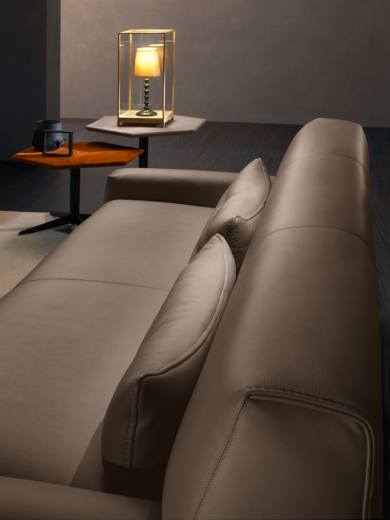 close up leather beige 3-seater sofa, comfy sofa with leather style, dermatinos beige kanapes kontino plano, leather texture,