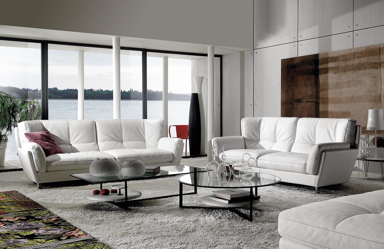 psilos aspros anetos dermatinos kanapes me asimenia podia, high white leather sofa with silver legs, tritheseos kai ditheseos aspros dermatinos kanapes, 3-seater and 2- seater white leather sofa,