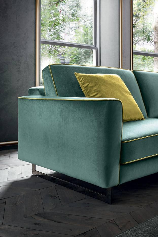 silver legs turquize sofa with yellow seams, low indoor sofa with yellow seams and cushions, modern, stylish sofa, comfy and soft cushions, xamilos kanapes monternos pagoni xroma me kitrines rafes kanapes,