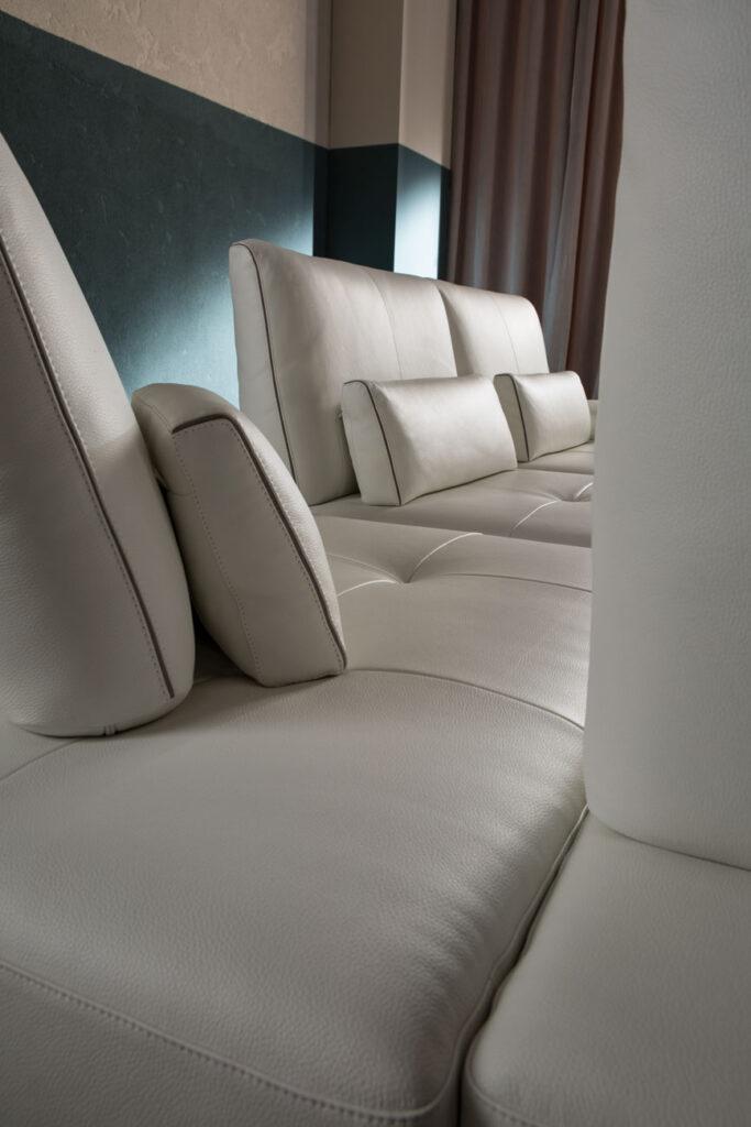 white leather sofa with individual seats, white real leather cushions, aspros dermatinos kanapes me dika tou maxilarakia,