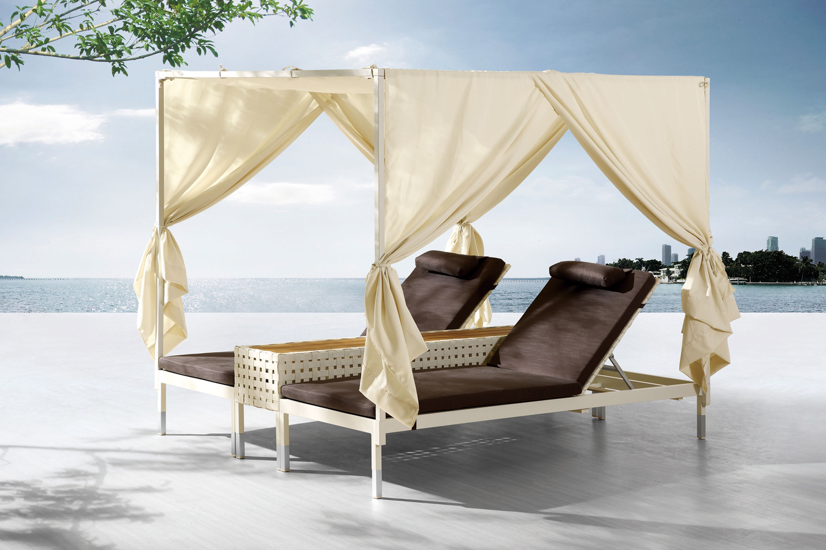 high sunbed for outdoor use, outdoor sunbed, double sunbed with wooden table in the middle, connected double single sunbeds, krevataki exoterikou xorou me kourtina, curtained double sunbed for outdoor use, sunbeds with adjustable back, rithmizomeni raxi k