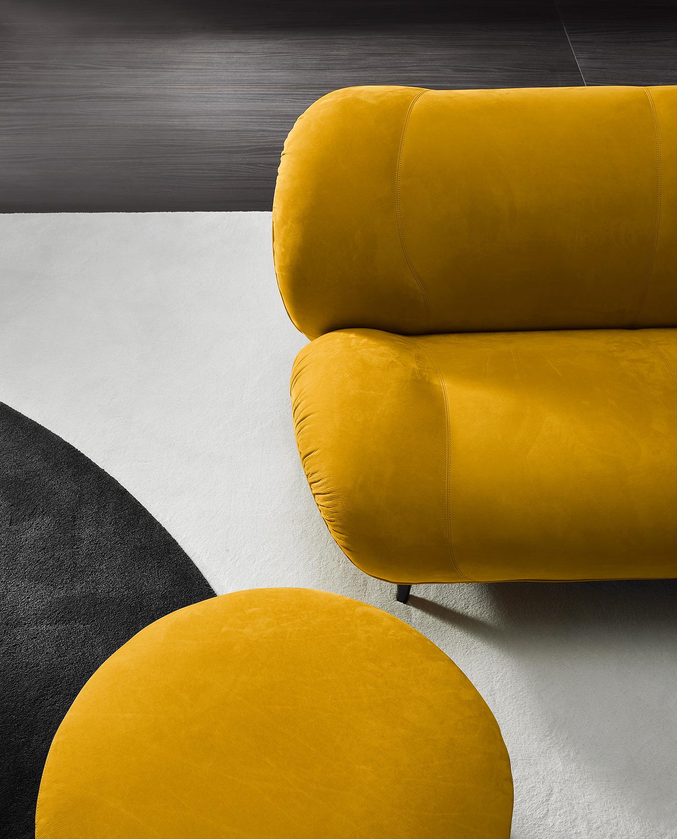 yellow velvet beg with low black legs, veloudos kitrinos kanapes xamilos, xamilos monternos kanapes gia playroom, low yellow velvet sofa set,
