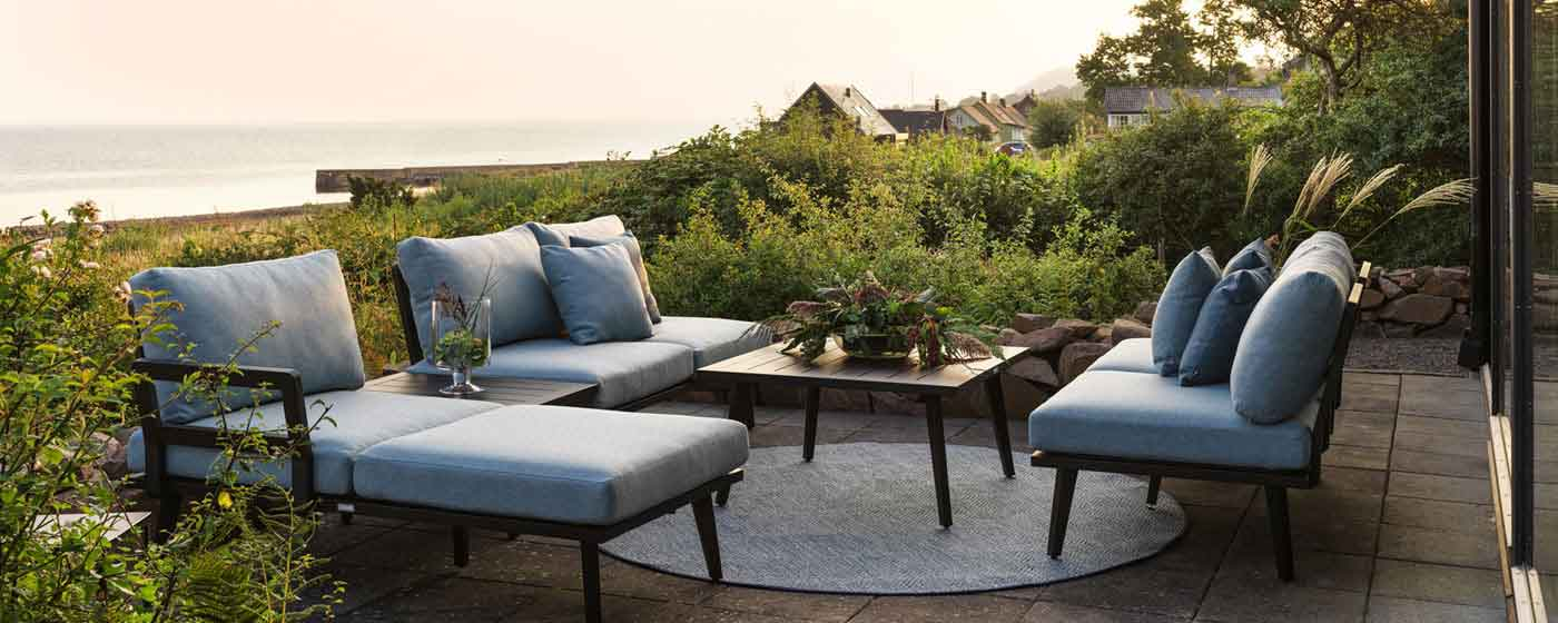 small size outdoor furniture for veranda closed or opened, dark color wooden outdoor sofa set, adjustable to all sizes sofa set, salonaki exoterikou xorou, salonaki me polithrona exoterikou xorou, salonaki me trapezaki mikro gia veranda i gia exoteriko xo