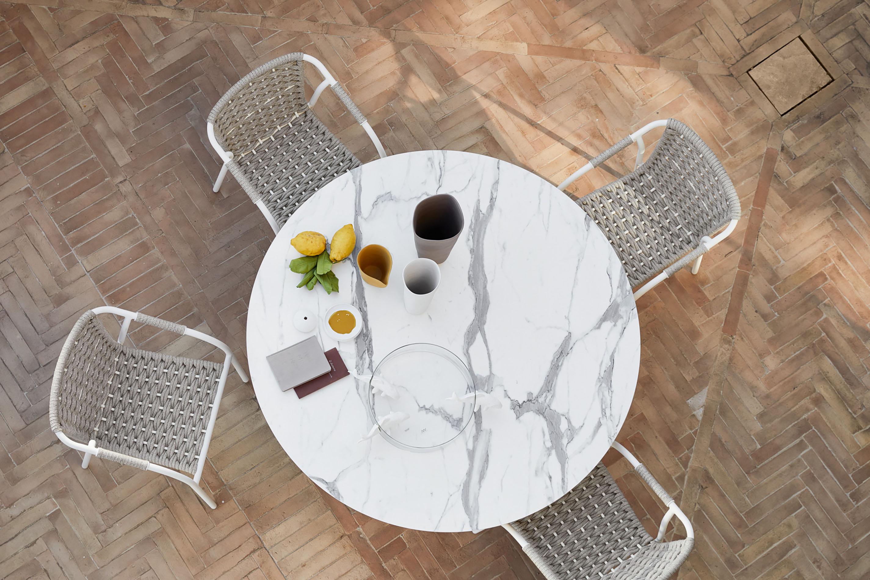 marble table for outdoor use, outdoor white marble dinning table, modern dinning table for outdoor use, marmarino trapezi exoterikou xorou, trapezi gia exoteriko xoro, luxury dinning set for outdoor use,