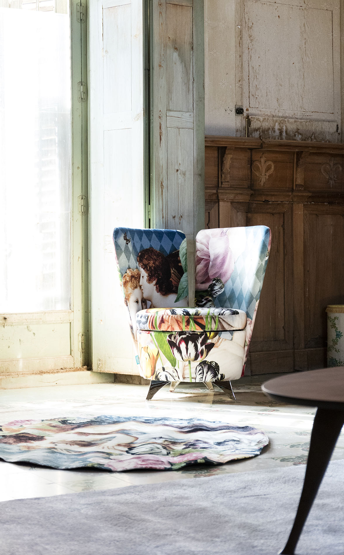 patterned armchair extreme style chair with black legs, polithrona polixromi me louloudia me mavra podia,