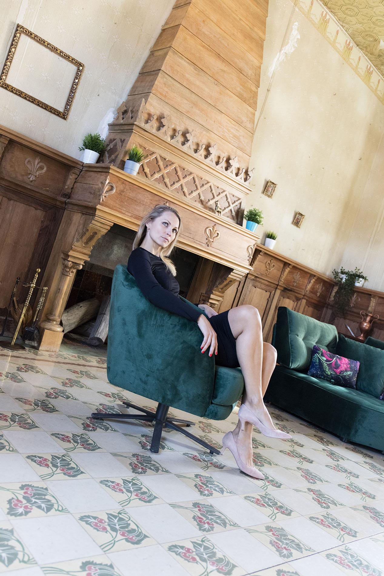swing chair petrol color, velvet green armchair that turns around, karekla peristrefomeni prasini me mavra podia,