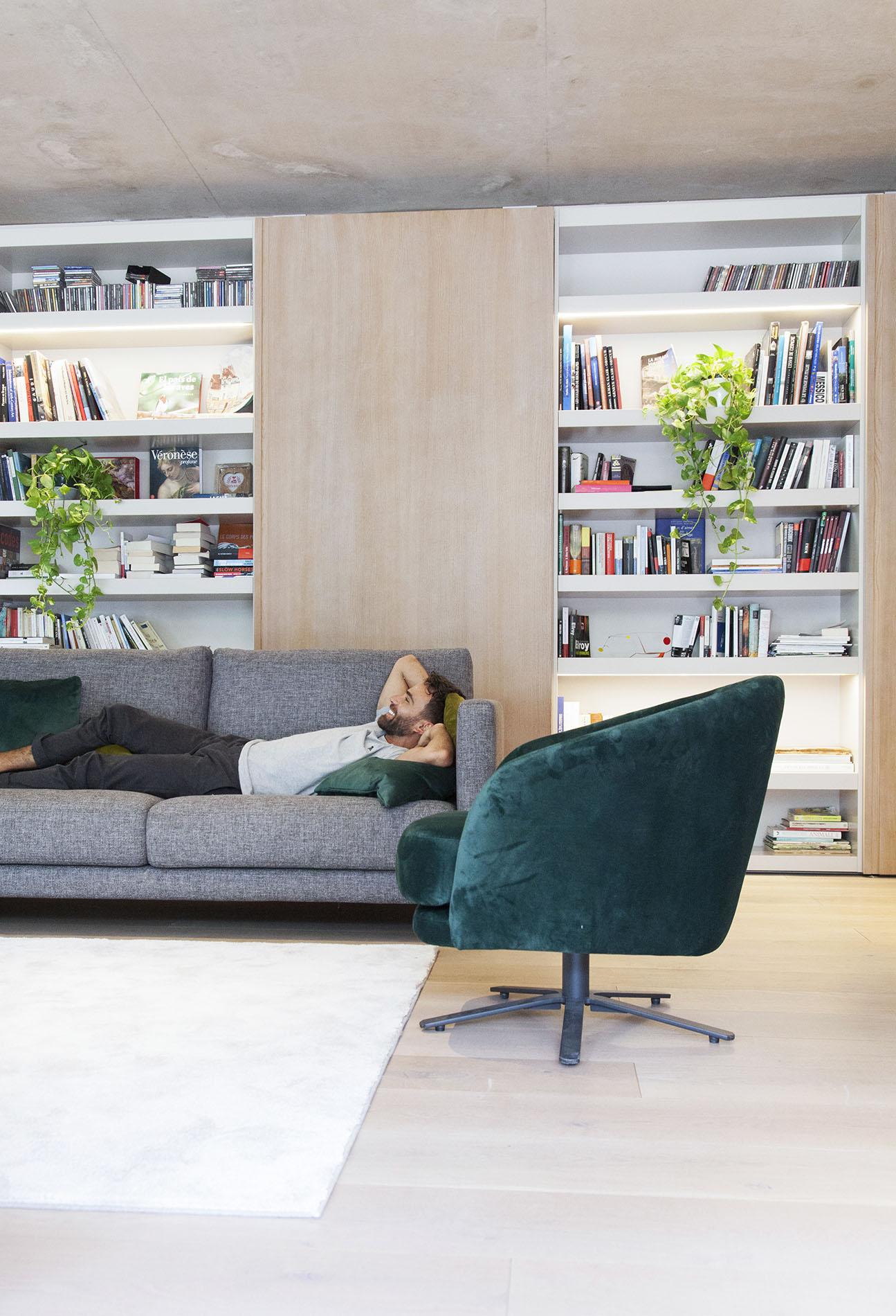 2 seater comfy sofa with black legs, grey modern sofa with black adjustable legs, swing velvet chair petrol turquoise, anetos gkrizos kanapes me mavra podia, karekla peristrefomeni prasini, karekla pou girizei,