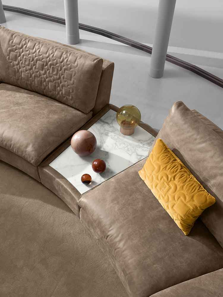 close up brown leather sofa with connected table as a side, demratinos kanapes kontino me marmaretino trapezaki enomeno, marble side table for circular combo sofa, leather brown beige sofa for big space, adjustable circular leather sofa to any size you wa
