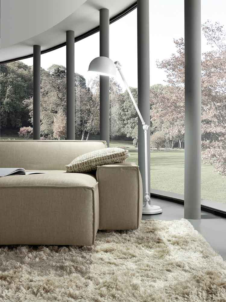 close up fabric beige low modern sofa, comfortable low sofa with no legs, xamilos monternos anetos kanapes kontino, white stand lamp, beige 3-seater sofa,
