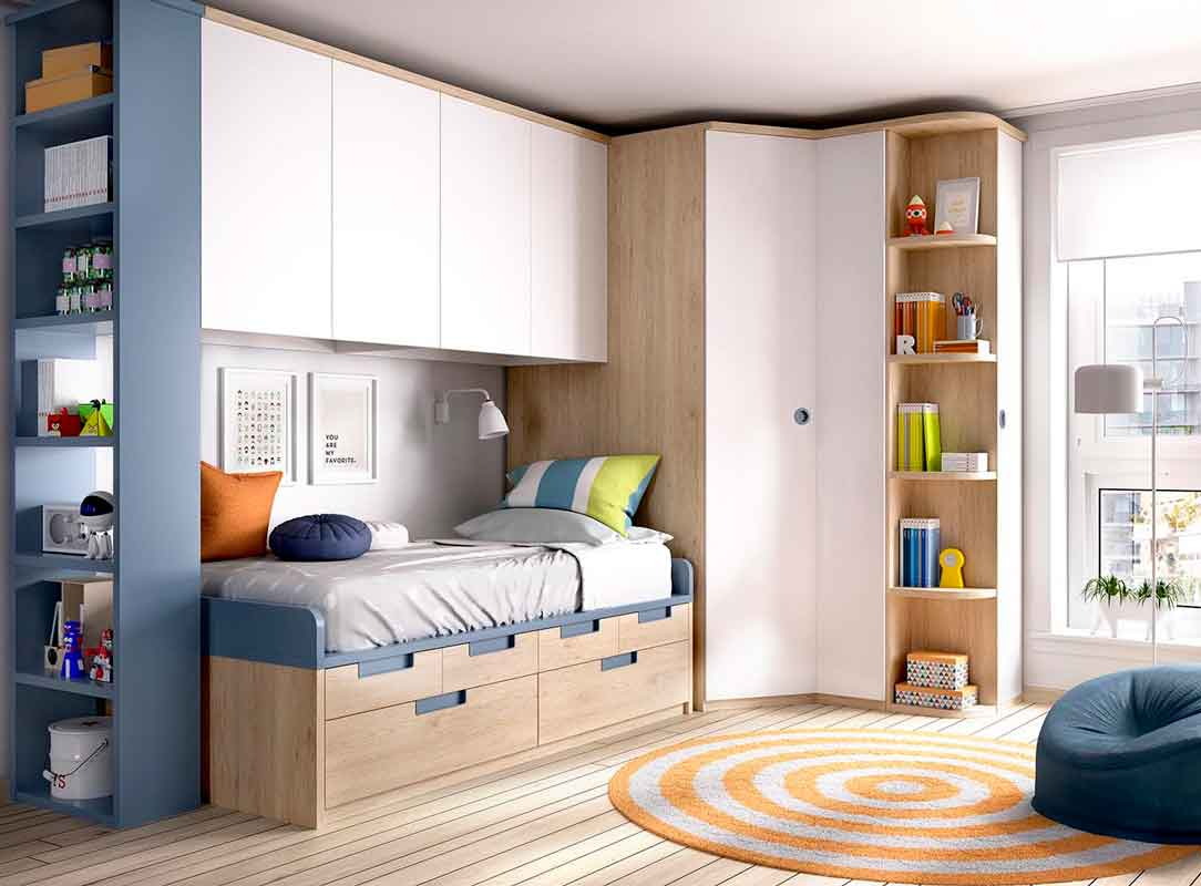 wooden kids bed with blue details, boy bedroom, krevati xilino me mple leptomeries kai ermarakia sto kato meros tou krevatiou