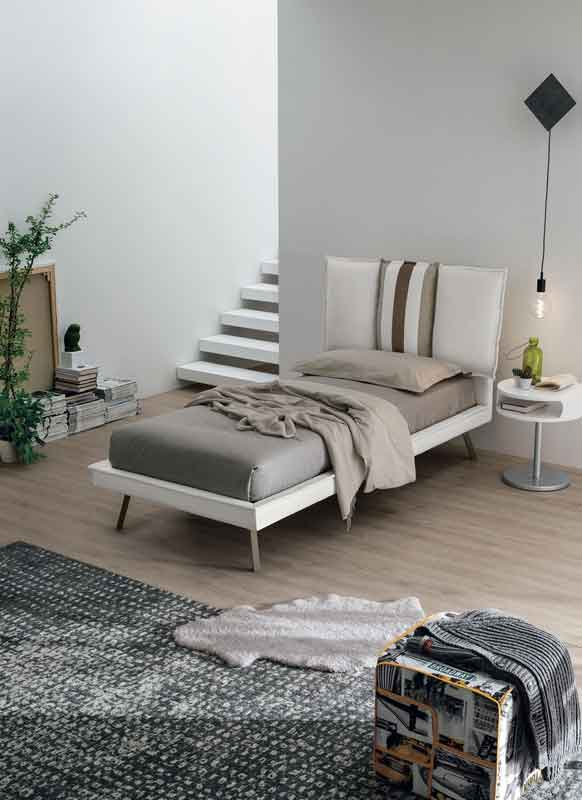 white leather bed with wooden legs and cushions on the back headboard, krevati dermatino me maxilaria sto piso meros tou krevatiou,